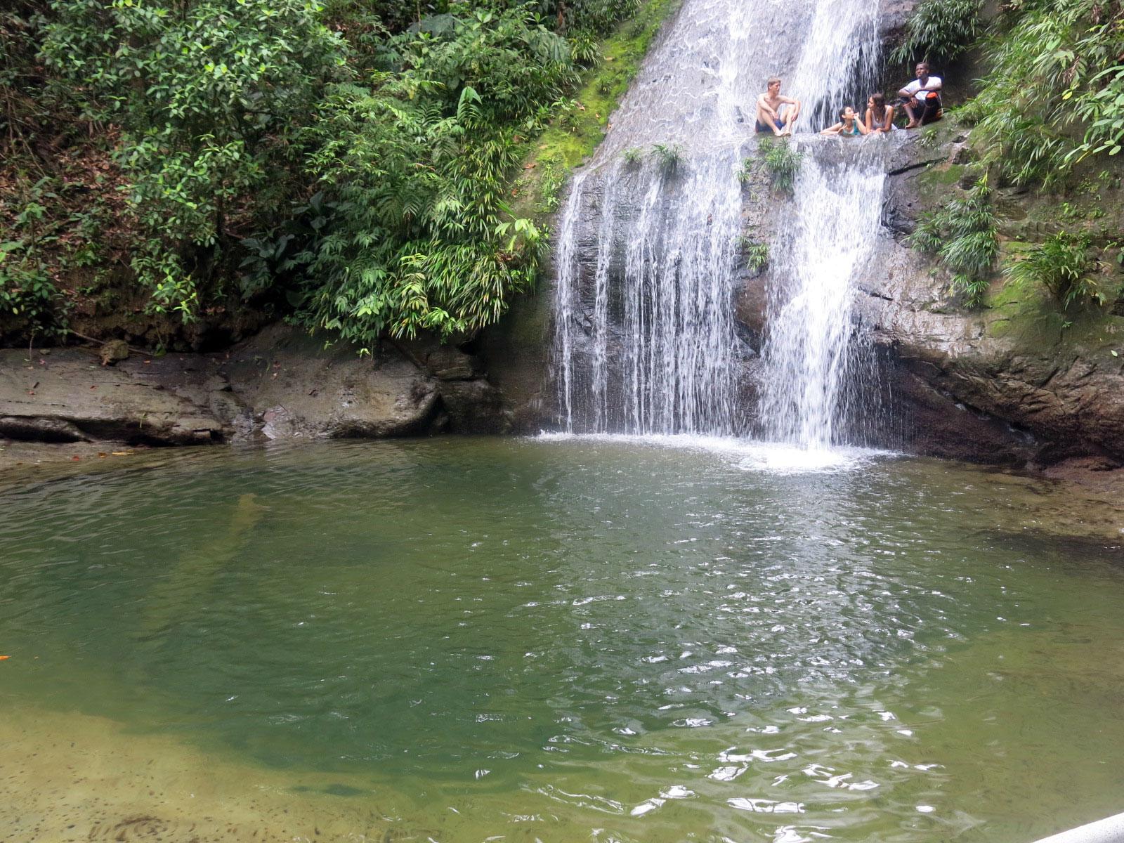 Fotografía de turistas en la cascada ostional y la piscina natural