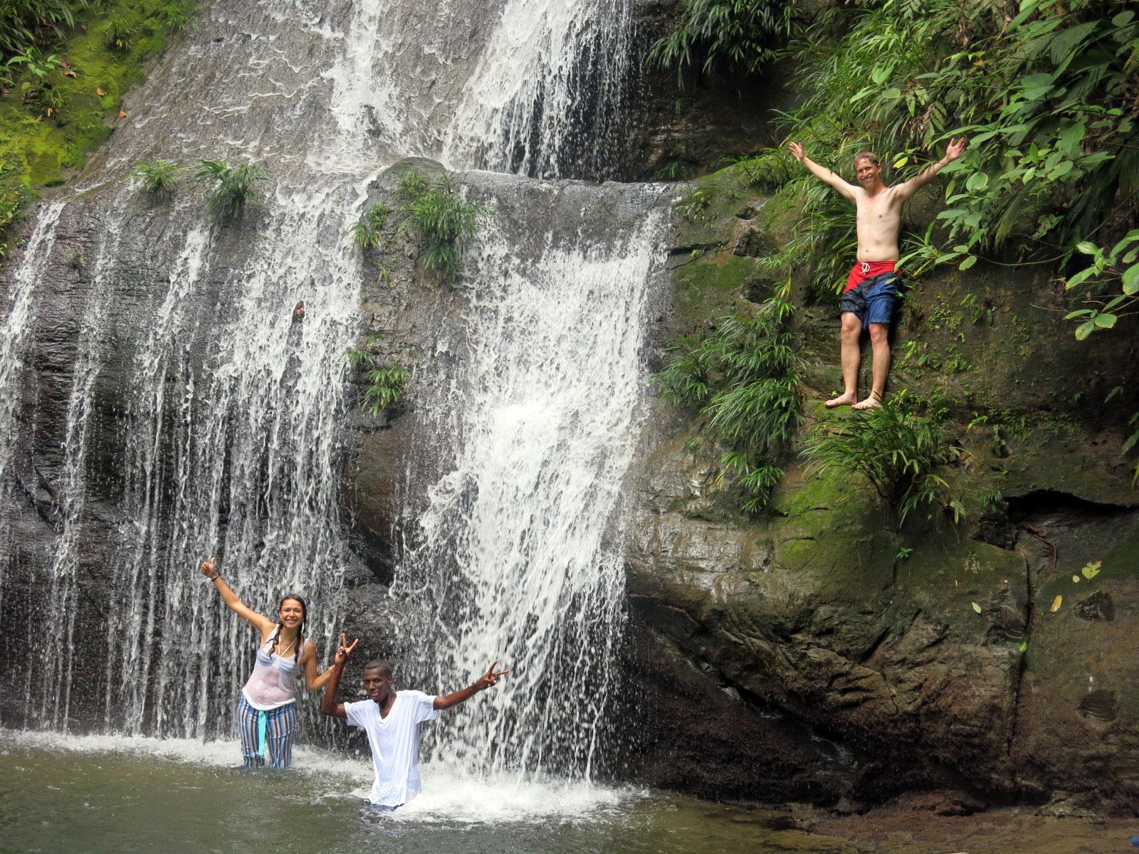 Fotografía de turismas saludando desde la cascada ostional