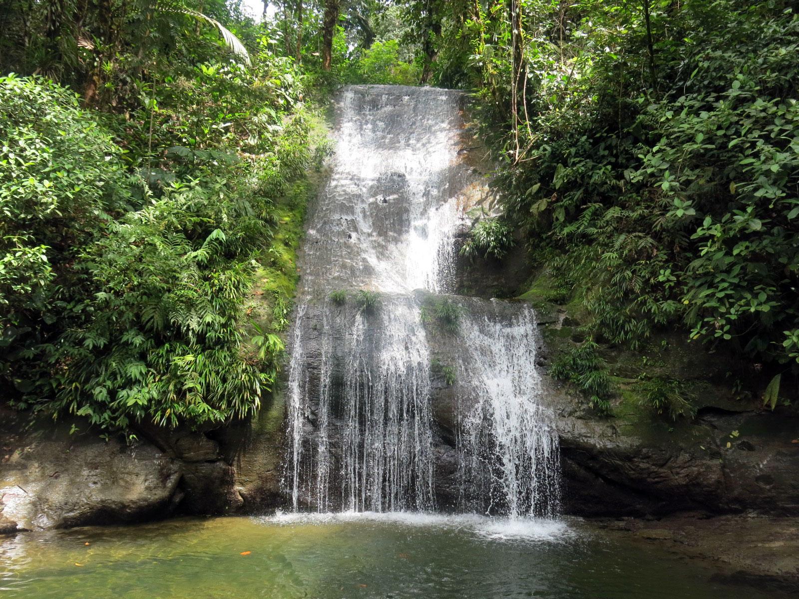 Fotografía frontal de la cascada ostional