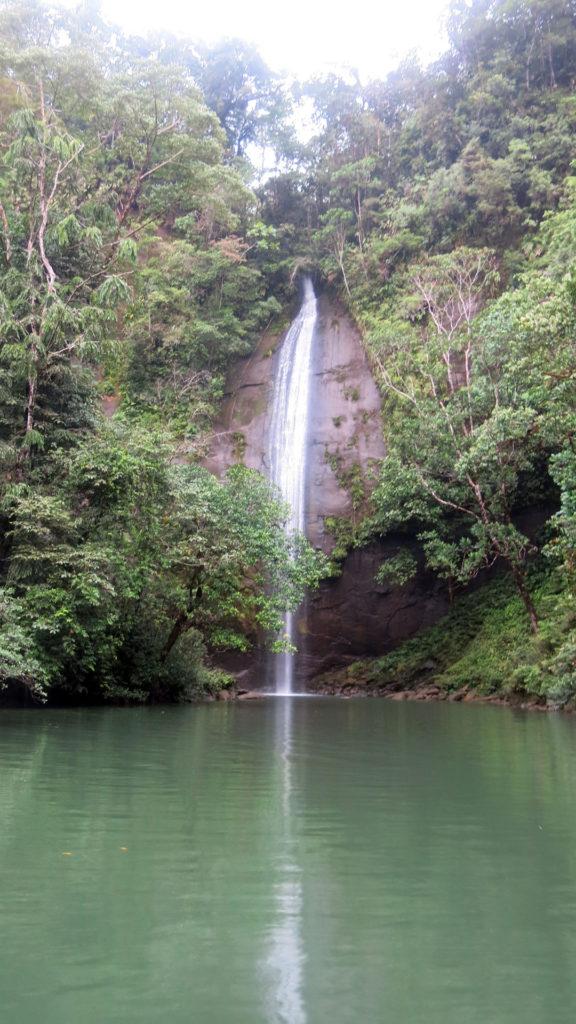 Fotografía de la cascada de la Sierpe cayendo en la piscina natural