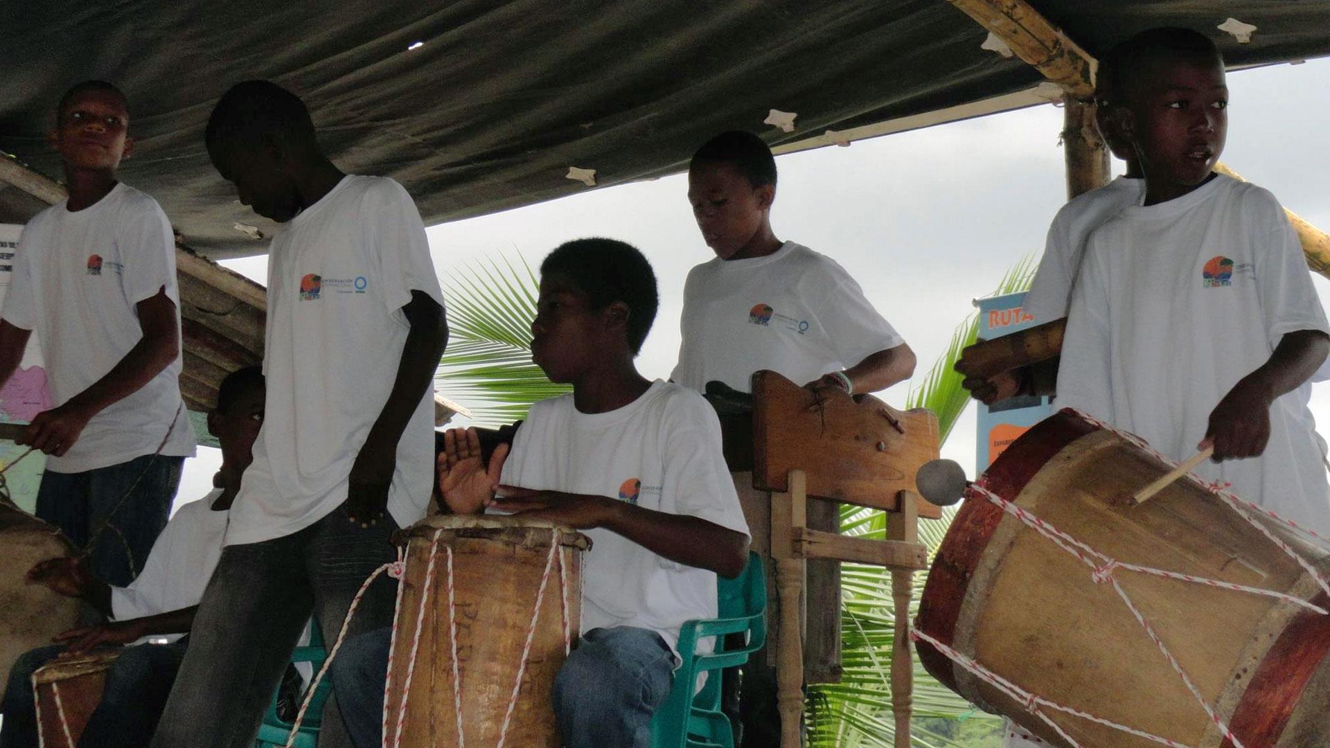 Fotografía de niños tocando instrumentos
