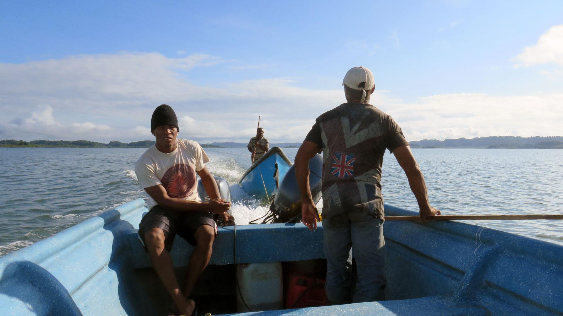 Fotografía en una lancha navegando el mar de La Plata Bahía Málaga